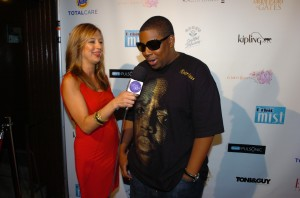 "Red Carpet Roxy interviewing ""Saturday Night Live's"" Kenan Thompson for the Skinny on Fashion presented by Oral-B Pulsonic photo credit:Djamilla Cochran/Tom Concordia Photography"