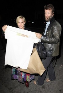 Patricia Arquette and hubby Thomas Jane proudly displaying a Save Darfur T-Shirt photo: wenn