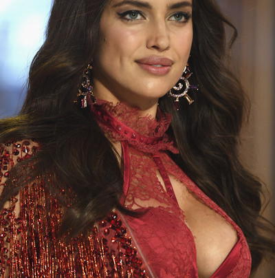 IRINA SHAYK PREGNANT, WALKED IN VS FASHION SHOW