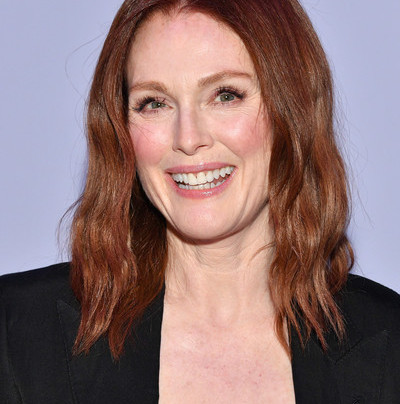 JULIANNE MOORE IN HEAD-TO-TOE BLACK