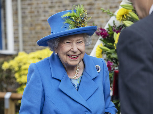THE QUEEN OF ENGLAND DITCHES FUR